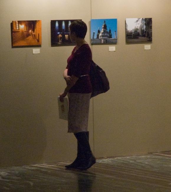 Admiratrice d'art, devant ma photo (première à gauche)